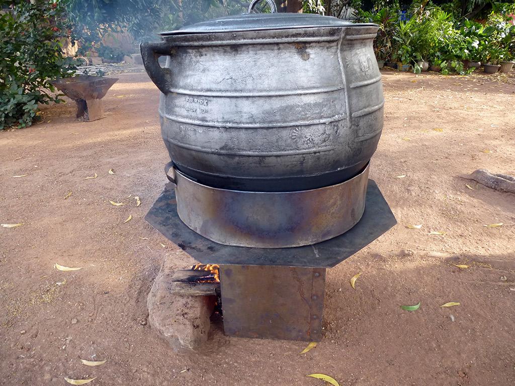 Cuiseur à bois économe faisant cuir une grosse marmite